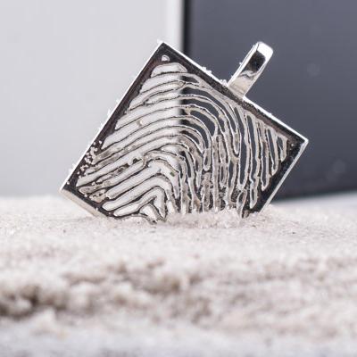 zilveren-vingerafdruk-hanger-vierkant_roy-zfph-003_royolz_584_memento-aan-jou