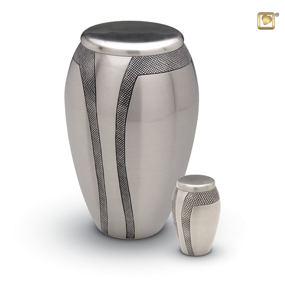 messing-metalen-urn-zilver-zwarte-gravering-set_hu-174-set_funeral-products_90-91