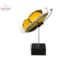 Houten mini-urn vlinder op granieten blokje, Luzerne