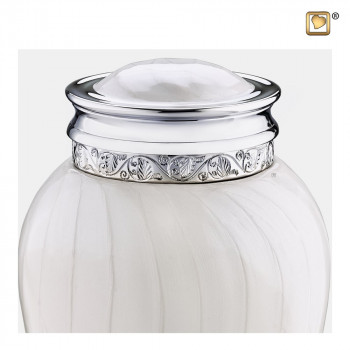 urn-wit-parel-zilverkleurig-accent-medium-blessing-zoom_lu-m-297