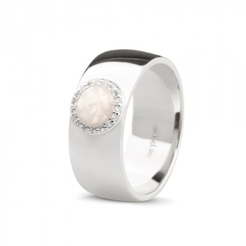 Brede, gladde en strakke ring, met ronde open ruimte omringd door zirkonia/diamant. De ring heeft strakke en moderne uitstraling, hij heeft een breedte van 8mm. Er zit een ronde open ruimte in de ring. In dit rondje kan de as van een dierbaar overledene of huisdier worden geplaatst. Daarnaast is er ook de mogelijkheid om haar of melktandjes in deze ruimte te plaatsen. Dit gedenksieraad is verkrijgbaar in zilver, 9kt, 14kt en 18kt geel-, wit- en roségoud. De zilveren ring heeft een gemiddelde levertijd van enkele dagen, de gouden varianten zijn leverbaar met zirkonia of diamant. De ring is verkrijgbaar in de maten 50 t/m 62.Alle andere maten zijn mogelijk in overleg en hebben net als de gouden varianten een levertijd van 4-6 weken. De assen/haar/tandjes worden vermengd met een UV-hars, dit wordt in het sieraad geplaatst en vervolgens wordt het sieraad onder een UV-Lamp gelegd om de hars uit te laten harden. De assen/haar/melktandjes zijn zichtbaar in dit gedenksieraad.De hars is in meerder kleuren mogelijk,gold, amber, geel, donkergroen, lichtgroen, aqua, turquoise, blauw, donkerblauw, lichtblauw, lila, grijs, zwart, wit, opaline, oranje, lichtroze, roze, lichtrood, tomaatrood , violet en uiteraard transparant.