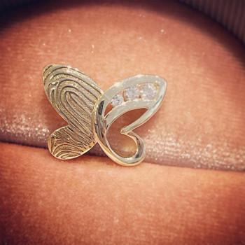 geelgouden-mini-hanger-vlinder-zirkonia-diamant-open-ruimte-achterzijde_sy-rl-015-y_met-vingerafdruk