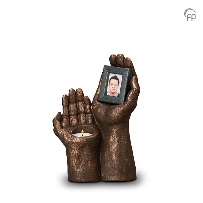 urn-handen-met-fotolijst-mini-urn-geert-kunen_fp-ugk-067_funeral-products_364_memento-aan-jou