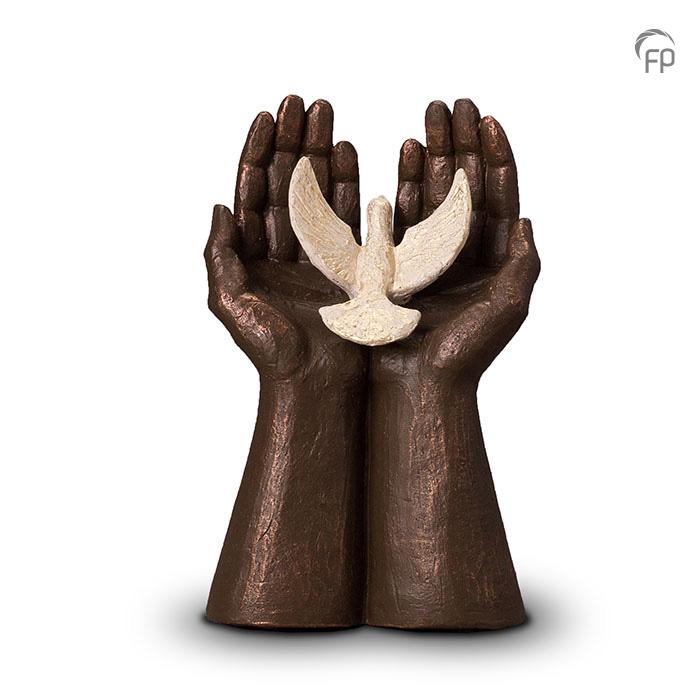urn-vrijheid-handen-met-vogel-geert-kunen_fp-ugk-072_funeral-products_351_memento-aan-jou